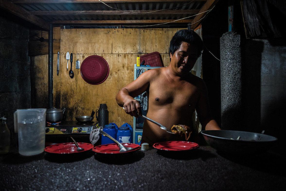 Manila Friedhof kochen auf dem Grab