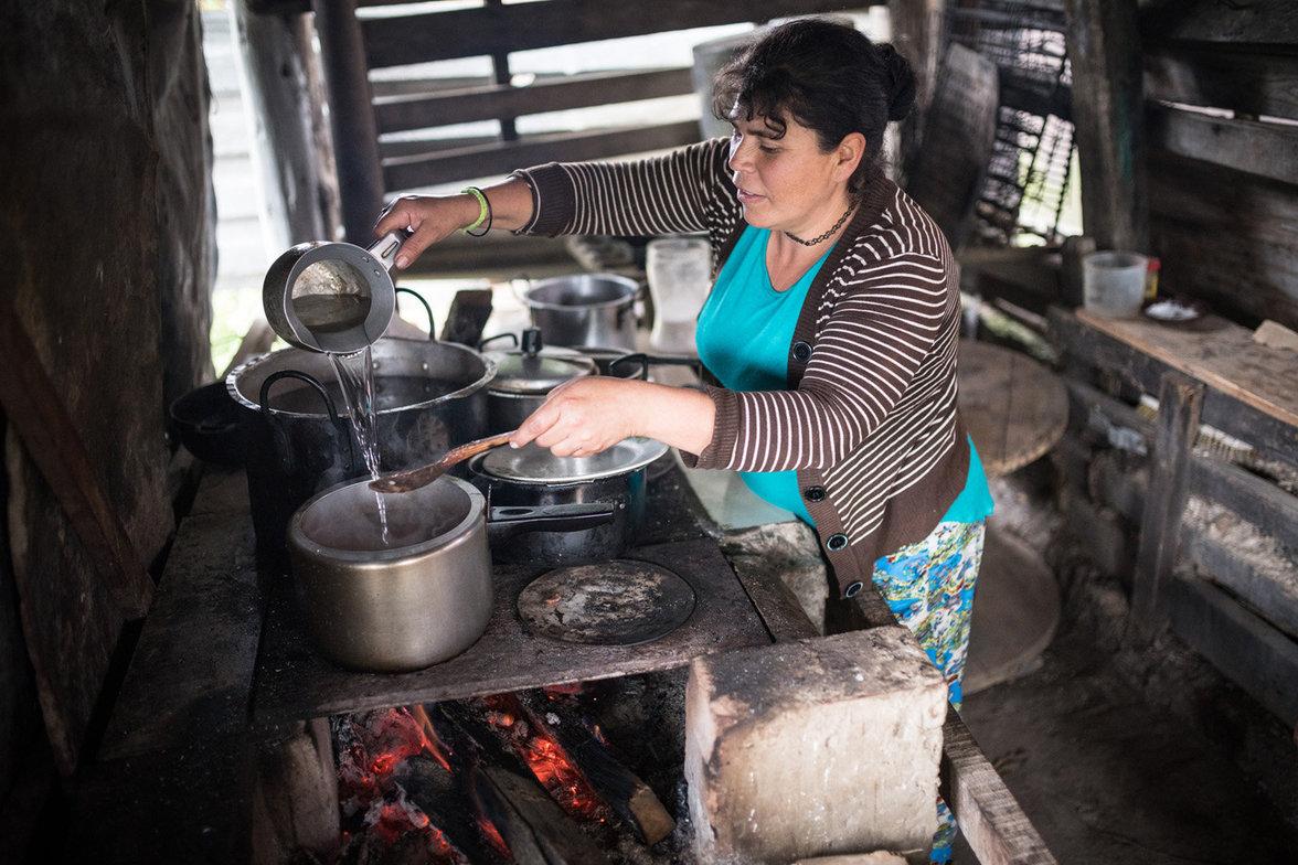 Gina Garzón kocht auf dem Holzfeuer das Mittagessen