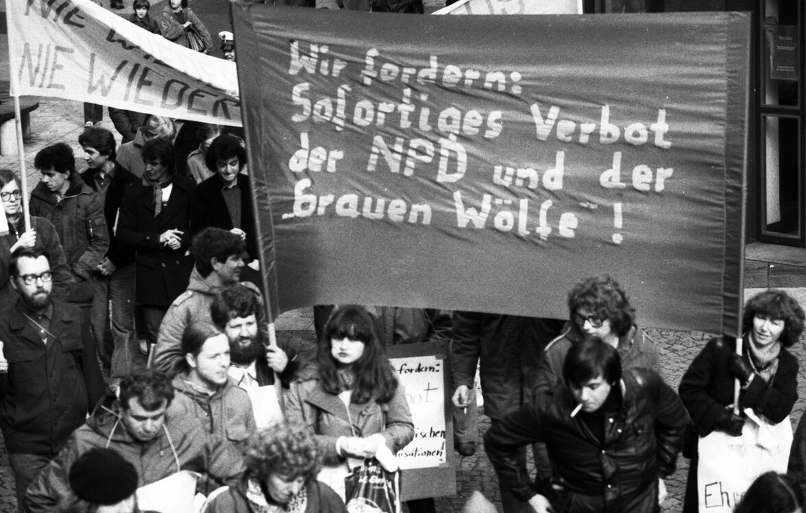 """Demonstranten fordern am 01.03.1980 in Remscheid ein Verbot der """"Graue Wölfe"""" und der NPD (Foto: picture alliance / Klaus Rose )"""