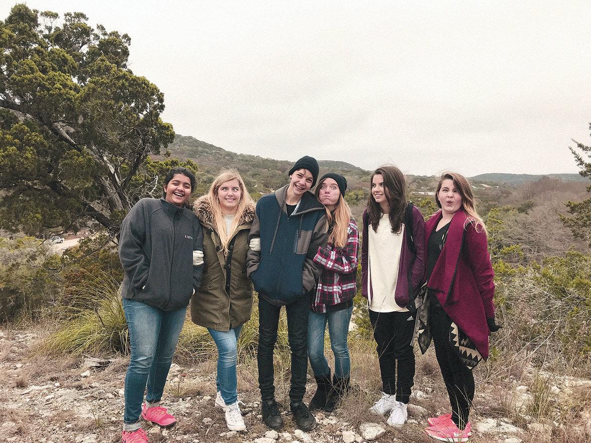 Sabika und Jaelyn (ganz links) mit Freundinnen (Foto: Courtesy of the Coburn family)