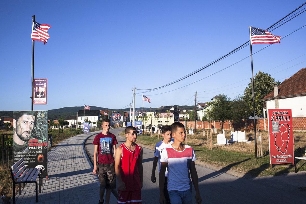 Einer Gruppe Jugendlicher läuft auf einer Straße