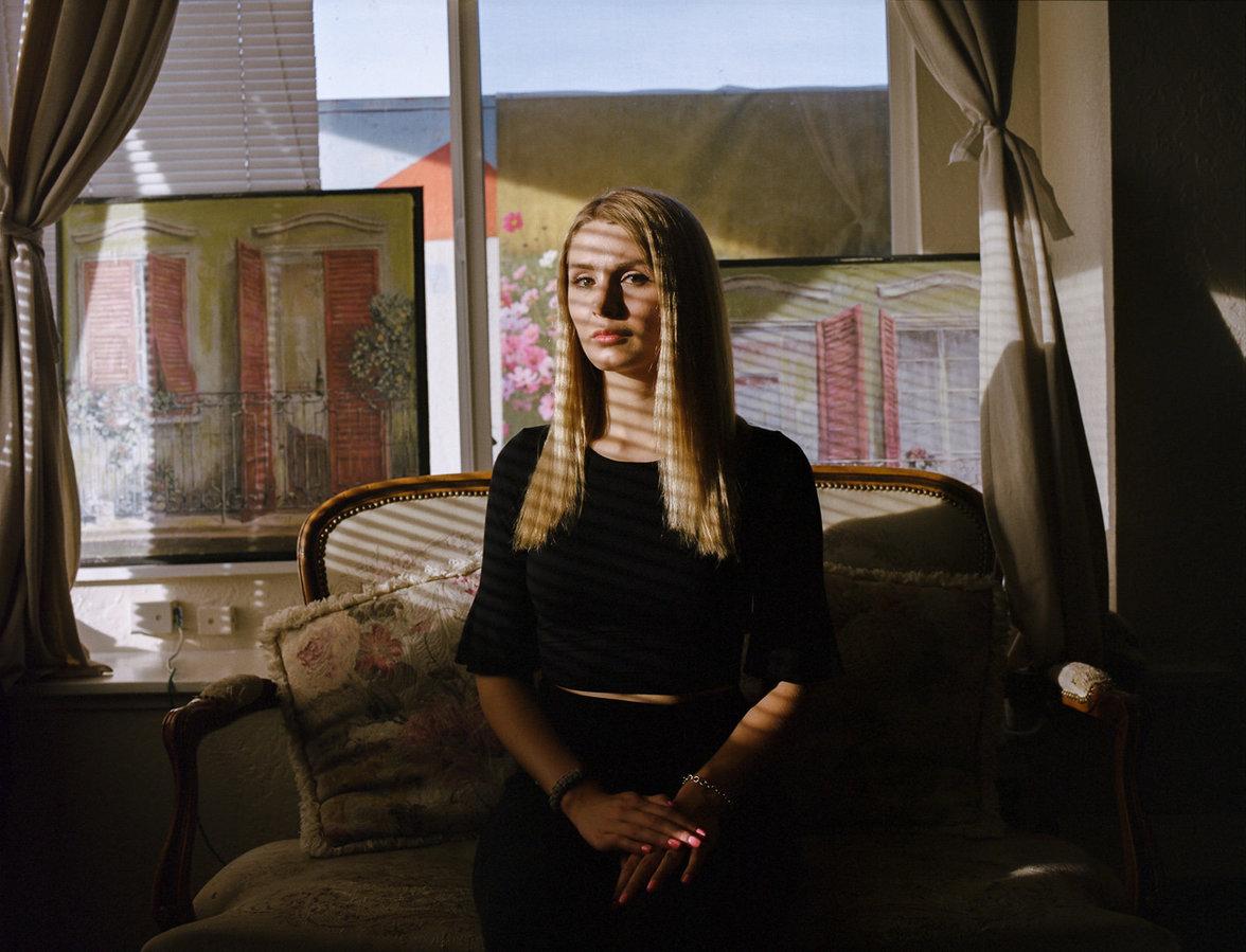 Lauren Southern sitz auf einem Canape