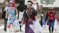Cosplayer sammeln Müll