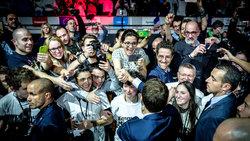 Der französische Präsidentschaftskandidat Emmanuel Macron mit jungen Anhängern bei einer Veranstaltung in Lyon im Februar 2017