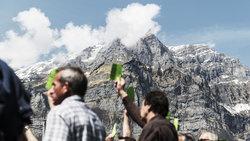 Bürger der Landsgemeinde Glarus stimmen ab  (Foto: Christian Beutler/Keystone/laif)