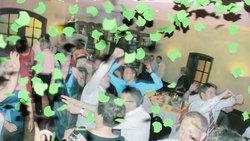 Wilde Party mit grünem Konfetti