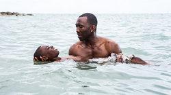 "Szene aus dem Film ""Moonlight"": Juan bringt Chiron das Schwimmen bei"