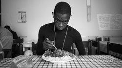 Junger Flüchtling beim essen