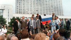 Eine Schlüsselszene: Der Präsident der Teilrepublik Russland, Boris Jelzin, solidarisiert sich vor seinem Amtssitz mit Demonstranten, die gegen den Putsch protestieren