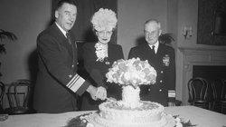 Lust auf eine Bombe: US-Admiral William H.P. Blandy und seine Frau im November 1946 zur Feier des Atomwaffentests auf dem Bikini-Atoll