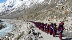 Auch Buddhisten können sich ärgern, etwa über Plastikmüll, der im Himalaya herumliegt. Deshalb wird auf den Gehmeditationen des Geistlichen Gyalwang Drupka nun immer aufgeräumt