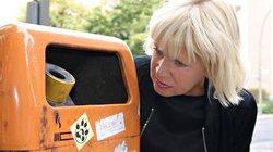 Sissel Tolaas reicht an Mülleimer