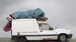 """""""Kathedralenautos"""" – So nennen die Hafenarbeiter von Marseille wegen der hoch aufgetürmten Gepäckstücke auf dem Dach die Autos, die mit den Fähren aus Nordafrika nach Frankreich kommen"""