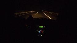 Sicht durch Autofenster auch die Autobahn bei Nacht