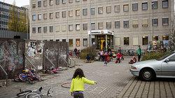 Kind vor Flüchtlingsheim