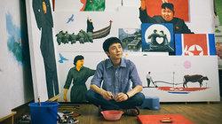 Nur auf den ersten Blick Propagandakunst: Song Byeok vor einigen seiner Werke.