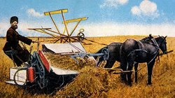 Traditionelle Landwirtschaft in Russland: Ein Bauer und seine Maschine, gezogen von zwei Pferden, auf dem Feld