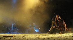 Schauspieler sitzen nach dem Anschlag auf der Bühne (Foto: Haider Yasa / picture alliance / AP Photo)