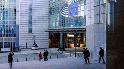 Menschen vor dem Europaparlament in Brüssel (Foto: Michael Kneffel / Alamy Stock Photo)