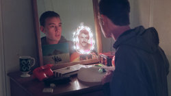 Foto über Männerrollen: ein Junge schaut in den Spiegel