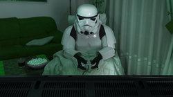 Ein Stormtrooper spielt Computerspiele