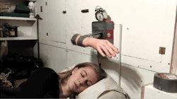 Weckmaschine traktiert schlafendes Mädchen