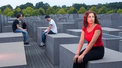 Orit auf dem Holocaust Mahnmal