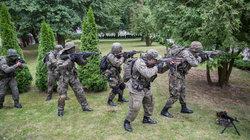 Bevor es für die Paramilitärs zum Training in den Wald geht, werden Bewegungsabläufe geübt und Wissen abgefragt. Immer professioneller sollen die Strzelec werden. Freiwillige Polizeiausbilder und Soldaten helfen ihnen dabei