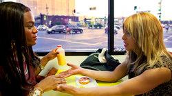 Kitana Kiki Rodriguez und Mya Taylor sitzen im Donut Shop