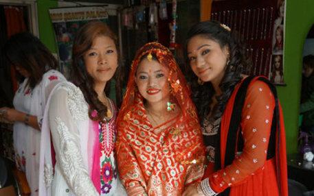 Zwei Stunden im Beautysalon und das strahlend schöne Ergebnis: Braut Maya, die einen Sari in den traditionellen Hochzeitsfarben Rot und Gold trägt