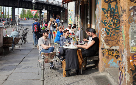 Hipster im Straßencafé in Berlin