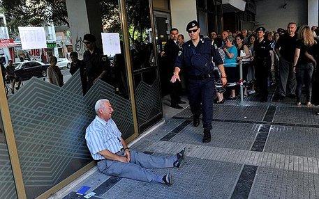 Es sind eher seltene Momente, in denen die Krise plötzlich so deutlich sichtbar wird: Ein weinender Rentner, der kein Geld mehr von seiner Bank bekommt