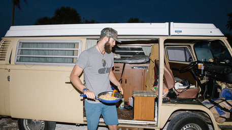 Baseballstar Daniel Norris vor seinem Campingbus