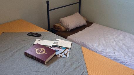 Der Koran liegt auf einem Tisch in einer Zelle