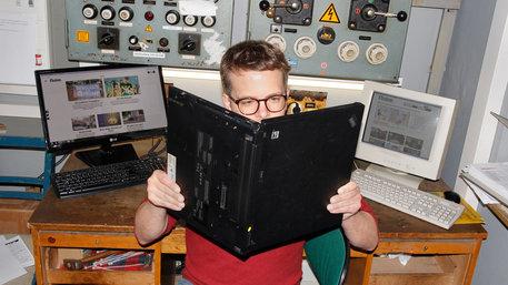 Mann liest in Laptop