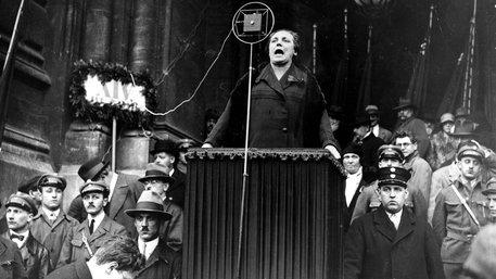 Marie Juchacz  spricht vor dem deutschen Reichstag (Foto: AdsD / Friedrich-Ebert-Stiftung)