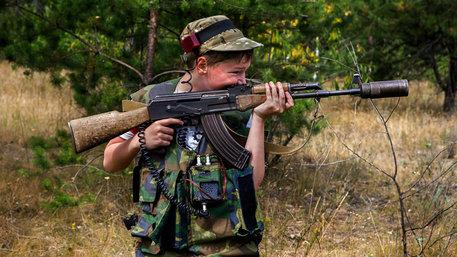 Junge mit Gewehr