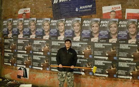 Wahlkämpfer des Front National vor einer Plakatwand