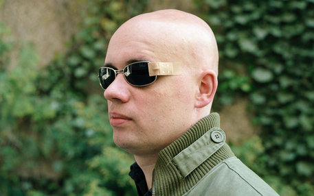 Provisorium: Ein Mann trägt eine notdürftig geflickte Sonnenbrille. Welche Kosten Krankenkassen erstatten (etwa für Sehhilfen), entscheiden auch die bei der Sozialwahl gewählten Vertreter der Versicherten mit