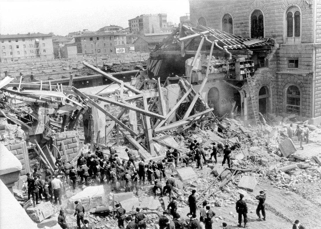 Blick auf die Zerstörungen. Am 2. August 1980 verübten Rechtsextremisten einen Bombenanschlag auf den Bahnhof von Bologna, 85 Menschen starben.  (Foto: dpa)