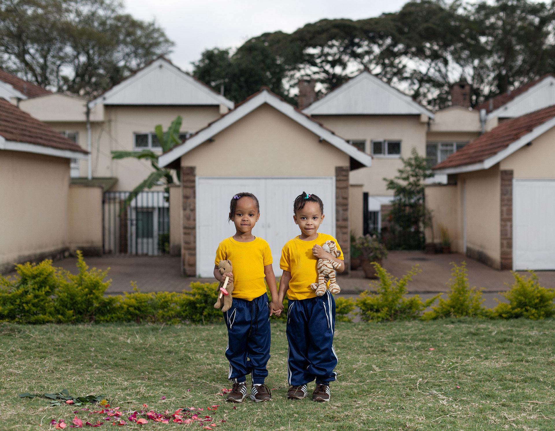 Die Zwillinge Ayanda und Anele spielen vor dem Haus ihrer Eltern. Ein typisches Reihenhaus in einer Gated Community.