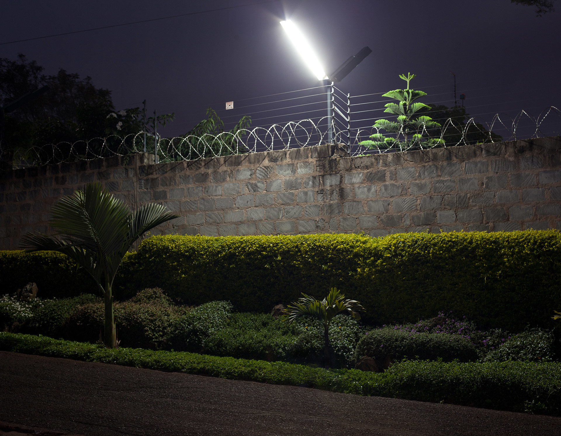 Viele Wohnhäuser von Menschen der Mittel- und Oberschicht werden durch hohe Zäune gesichert und permanent überwacht.